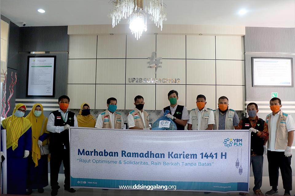 DD Singgalang-YBM PLN UP2B Sumbagteng Bagikan Sembako dan Santunan Ramadhan di Lubuk Alung