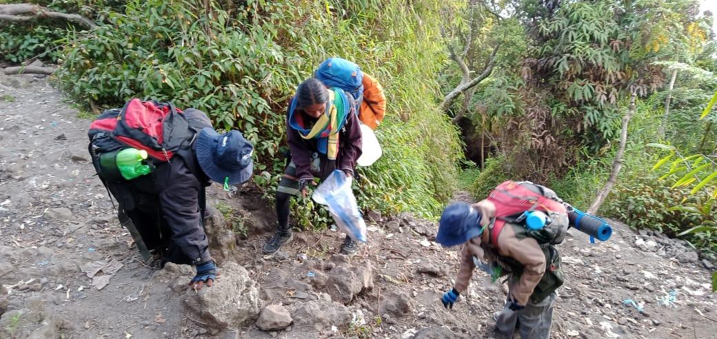 DDV Sumbar Gelar Aksi Membersihkan Sampah  Disekitaran Lereng Gunung Marapi