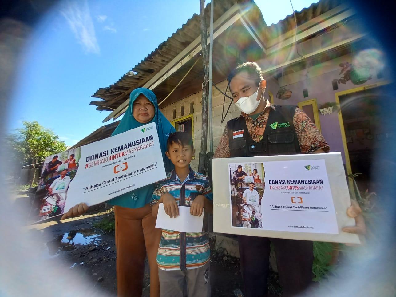 DD Singgalang-Alibaba Cloud TechShare Indonesia  Bagikan Sembako dan Santunan untuk Anak Yatim